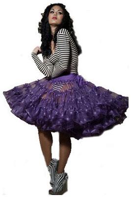 Так, юбка-американка с туфлями или босоножками на каблуке и верхом нежного оттенка может создать образ