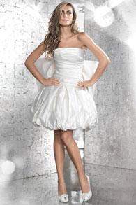 девушка свадебном платье показывает