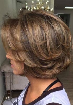 Прически на средние волосы для женщин 50+: фото