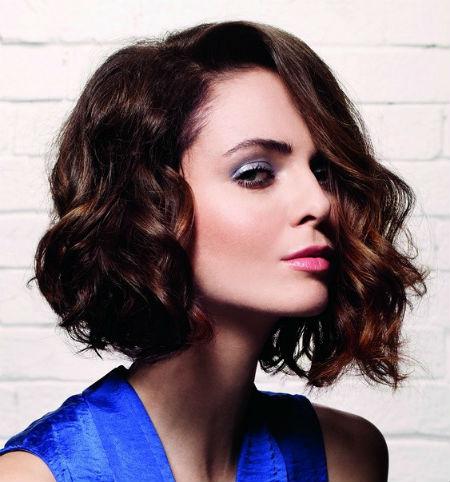 Стрижки на средние волосы для квадратного лица: фото