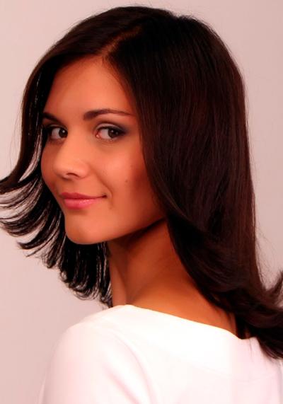 Стрижка лесенка на средние волосы с челкой: фото