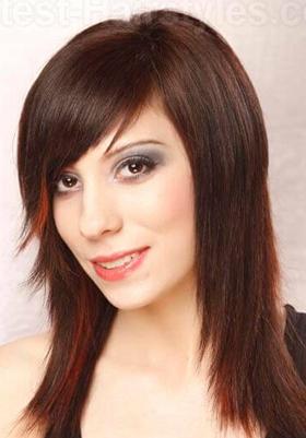 Стрижки с косой челкой на средние волосы: фото