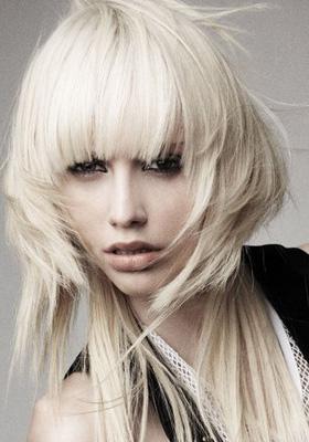 Рваная стрижка на средние волосы с челкой: фото