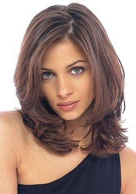 Каскад на средние волосы с челкой: фото
