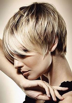 Стрижка каскад на короткие волосы с челкой: фото